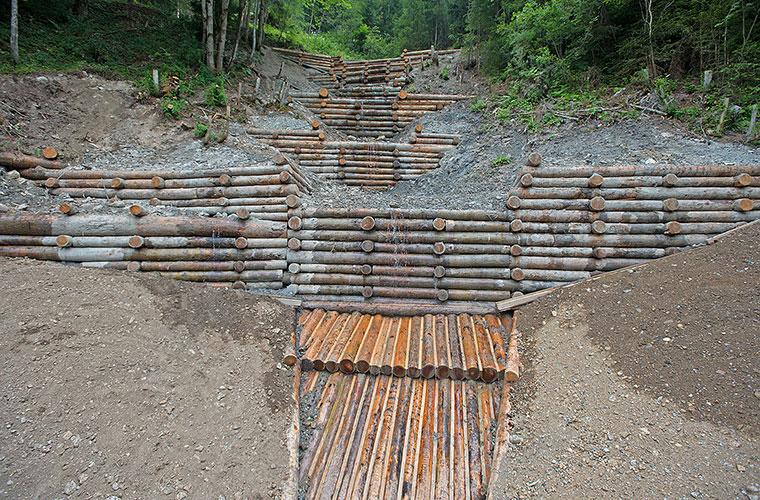 Mehrere neu gebaute Bachsperren aus Lärchenholz