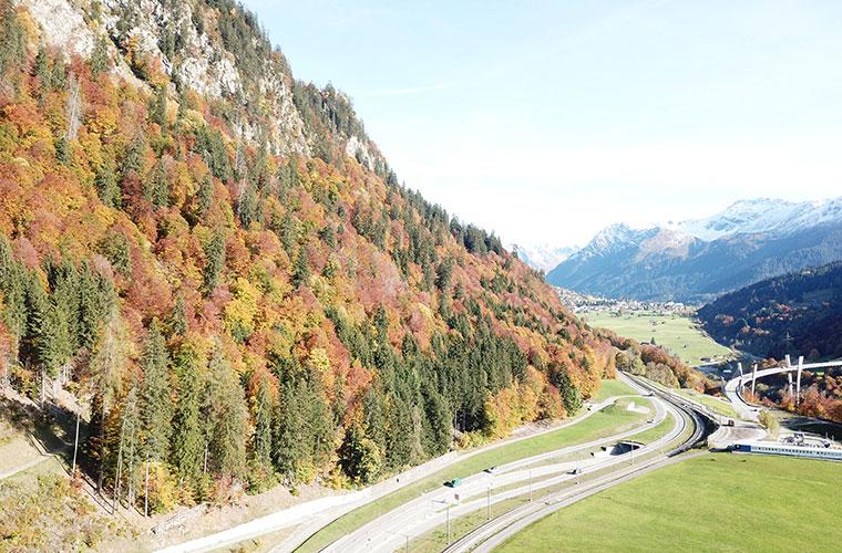 Blick über den Gruobenwald, Nationalstrasse, Bahnlinie und Sunnibergbrücke in Richtung Klosters